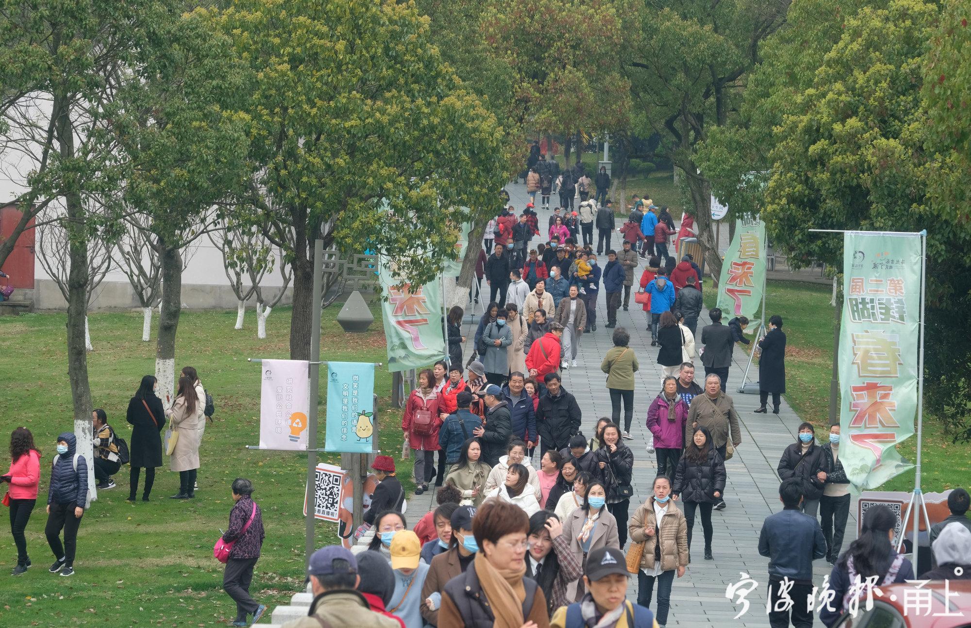 游客如织的东钱湖2.jpg